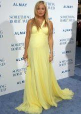 Lange gele jurk op de grond voor zwangere vrouwen