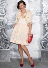 Mila Jovovich egy sziluett ruha