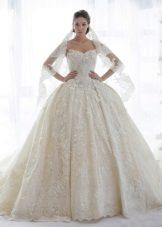 Gaun perkahwinan berbulu dengan renda