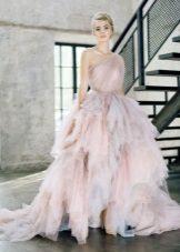 Este gyönyörű, többrétegű ruha