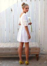 Liinavaatteet, lyhyt mekko, jossa pitsi
