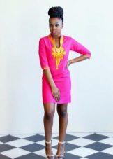 Kirkas vaaleanpunainen pellava mekko, jossa on kirjonta