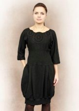 Stickad svart ballongklänning