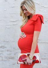 Rode jurk voor zwangere vrouwen