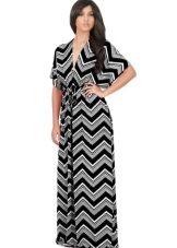Zwart-witte kimono-jurk voor een volle vrouw