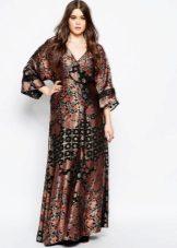 Bruine en zwarte kimono-jurk voor een volle vrouw