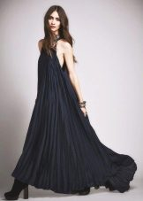 Pitkä laskostettu mekko, jossa on amerikkalaista käsivartta