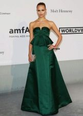 Long green dress with basky and a magnificent skirt