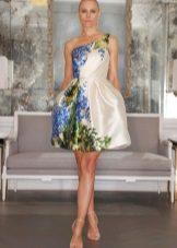 Modig vit klänning med en blommig printkorsett