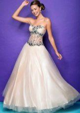 Klänningen är vit och grön med transparent korsett och rhinestones.