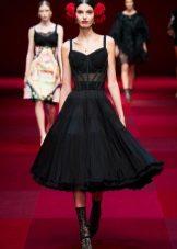 Trendig svart klänning med korsett