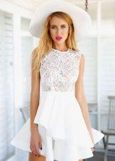 Topi putih ke pakaian putih dengan pakaian lebih