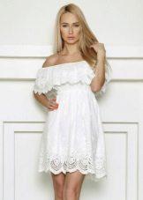 Gaun putih dengan pakaian tambahan di dada dan bahu