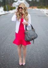 Šaty s volánky v kombinaci s svetr a čerpadla.