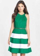 Gaun hijau dengan rok matahari separuh dan armhole Amerika