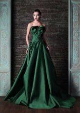 Green dress na may tren at bukas na balikat