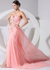 Peach dress na may rhinestones at tren