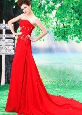 Lang rød kjole med tog