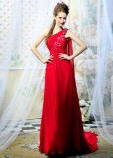 Rød kjole med tog og en skulderrem