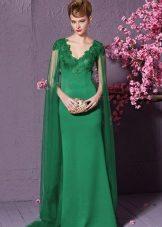 Green dress na may V-leeg at tren