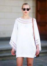 Stickad vit tunika klänning med ärmar