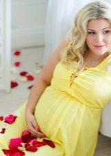 Жълта рокля за майчинство