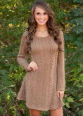 Lyhyt ruskea neulottu mekko, jossa pitkät hihat