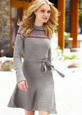 Harmaa neulottu mekko, jossa pitkät hihat vyötäröllä