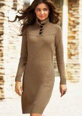 Neulottu suora ruskea mekko, jossa pitkähihainen
