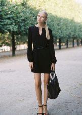 Musta mekko, jossa pitkät hihat