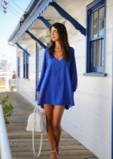 Sininen lyhyt mekko, jossa on pitkähihainen ilmapallo