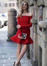 Punainen mekko, jossa on pitkät hihat
