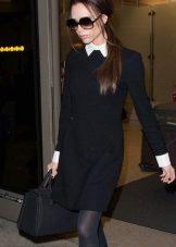 Musta mekko, jossa on valkoinen kaulus ja pitkät hihat sekä valkoiset hihansuut