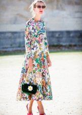 Pitkä, suljettu pitkähihainen mekko