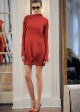 Lyhyt suljettu punainen mekko, jossa pitkät hihat