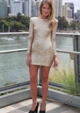 Pitkähihainen suljettu kultainen mekko