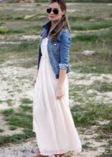 Lang kjole med høy midje i kombinasjon med en jeansjakke