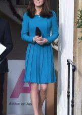 שמלה כחולה עם חצאית קפלים בינוני אורך