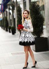 Svart og hvit flared strikket kjole