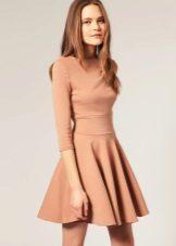 Beige flare kjole