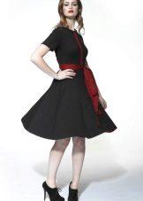 Svart flared kjole med rødt belte