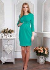Turkoosi neulottu mekko raskaana oleville naisille