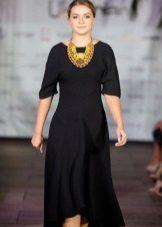 Musta mekko neulottua ukrainalaista
