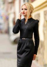 Musta neulottu mekko