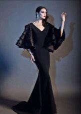 Musta neulottu mekko lattialle