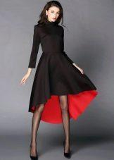 Musta neulottu mekko punaisella