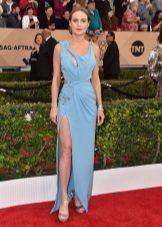 Blue spring dress na may mga cut at slit