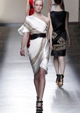 Vôo de vestido curto grego