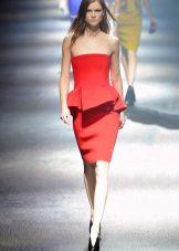 Vestido de verão com vermelho basky