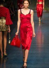 Копринена червена рокля